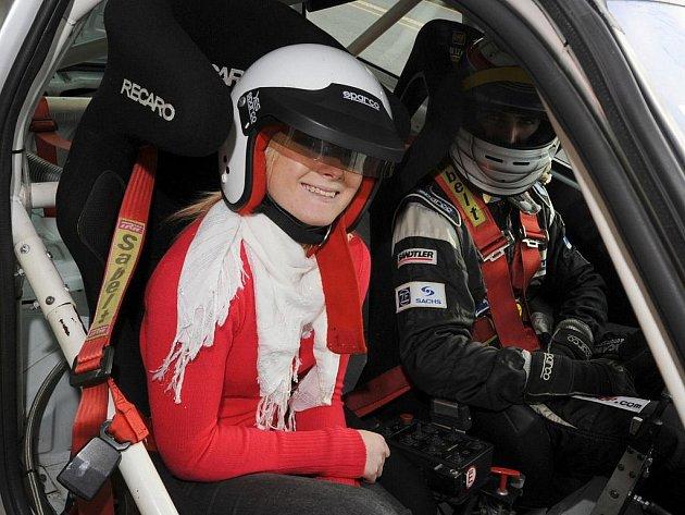 Automotodrom v den svátku nabízel návštěvníkům jízdu po okruhu.
