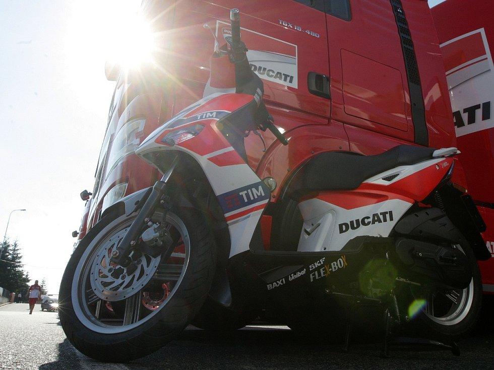 Přípravy na motocyklovou Velkou cenu na brněnském Masarykově okruhu.