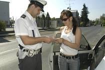 Policista kontrolující řidiče.
