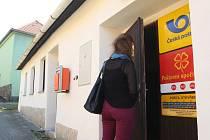 Vesnická pošta. Dříve museli lidé z Babic nad Svitavou na pošty do okolí. Od letošního září mají ve vsi Poštu Partner.