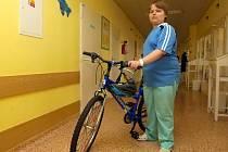 Žáci brněnské základní školy Labská ve spolupráci s Nadačním fondem Modrý hroch a Fakultní nemocnicí Brno obdarovali jízdním kolem mladého pacienta.