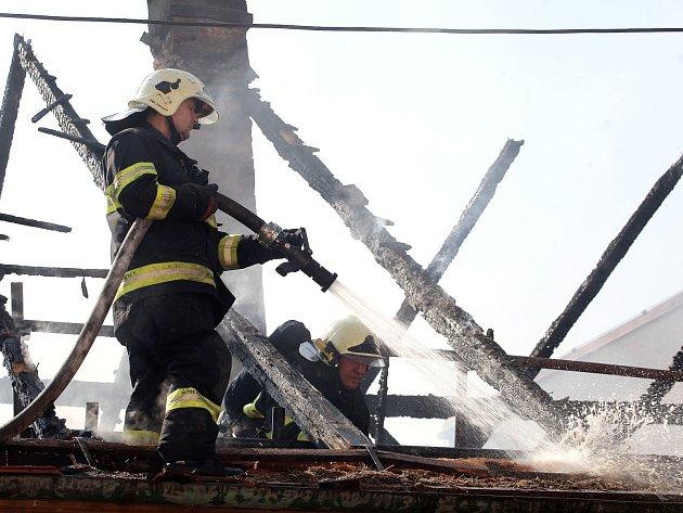 Celá střecha, půda a polovina rekreačního domu shořela v Silůvkách na Brněnsku.