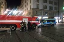 Policisté i hasiči hlídali o silvestrovské noci vjezd na brněnské náměstí Svobody.