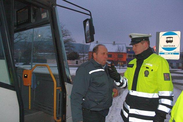 Usedli za volant, nastartovali autobusy a začali nabírat cestující. Šesti řidičům autobusů vJihomoravském kraji vpondělí nevadilo, že byli opilí, do práce vyrazili inavzdory tomu. Policisté se na ně zaměřili při rozsáhlé akci.