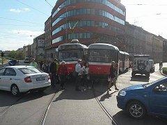 Hodinu blokovala tramvajovou dopravu v Brně nehoda dvou tramvají, která se stala na křižovatce Hybešovy ulice a Nových sadů ve tři čtvrtě na pět odpoledne.