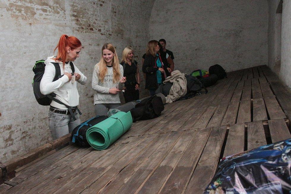 Redaktorka Brněnského deníku Rovnost Michalela Benešová (na snímku druhá zleva) si spolu s dalšími zájemci aspoň na chvíli vyzkoušela tvrdý život věžňů v kasematech brněnského hradu Špilberk.