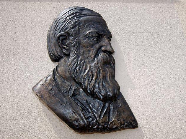 Portrét slavného fyzika Ernsta Macha na rodném domě v Chrlicích.