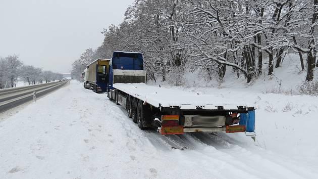 Řidič modrého kamionu MAN měl na ložné ploše 14 betonových stropních panelů připevněných pouze 4 kurtnami (upínací popruhy). Jízdu ve sněžení nakonec nezvládl, na dálnici D2 se mu mezi 7 a 16 kilometrem podařilo vysypat celý jednadvacetitunový náklad.