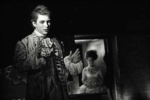 Martin Donutil rozehrává příběh geniálního skladatele potácejícího se mezi zákoutími své duše.