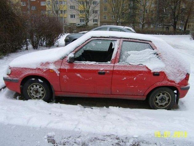 Muž se vloupal do třinácti aut.