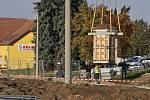 V Pohořelicích kvůli výstavbě okružní křižovatky ve čtvrtek přesunovali boží muku.