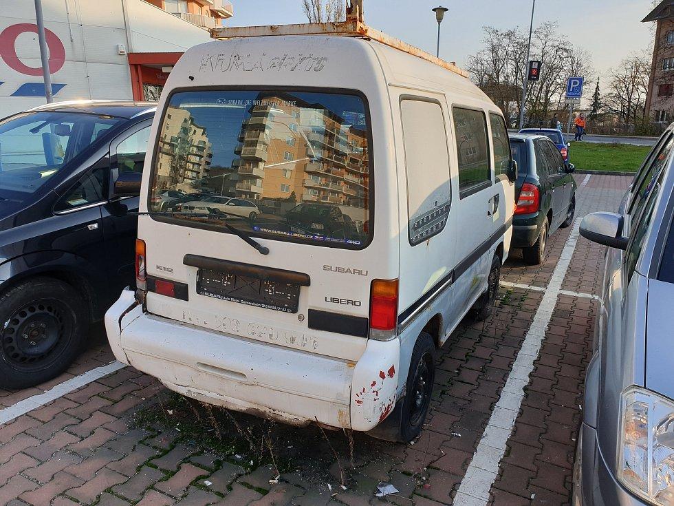 Chátrající auta v brněnských ulicích hyzdí okolí, úřady jsou na ně krátké. Hned několik jich je v ulici U Vlečky v městské části Brno-jih, překáží také v brněnských Židenicích.