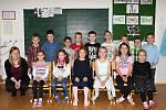 Žáci 1.A ze ZŠ v Sokolnicích s paní učitelkou Hanou Cupákovou.
