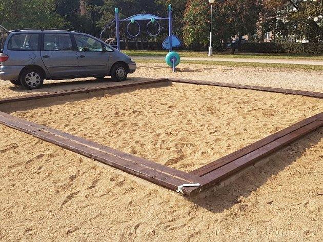 Po upozornění na závadu zástupci Brna-středu zjednali nápravu, dělníci vyměnili uvolněný dřevěný okraj pískoviště na náměstí 28.října.
