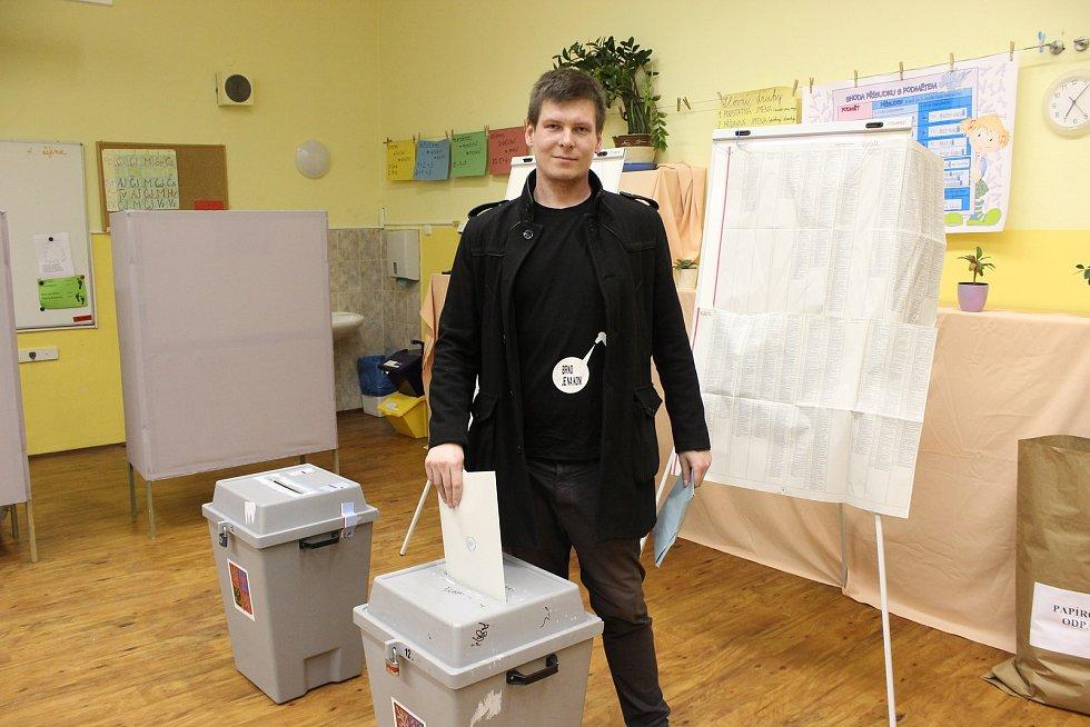 V komunálních volbách 2018 v Brně odvolil na ZŠ Gajdošova i lídr kandidátky Pirátské strany, Tomáš Koláčný.