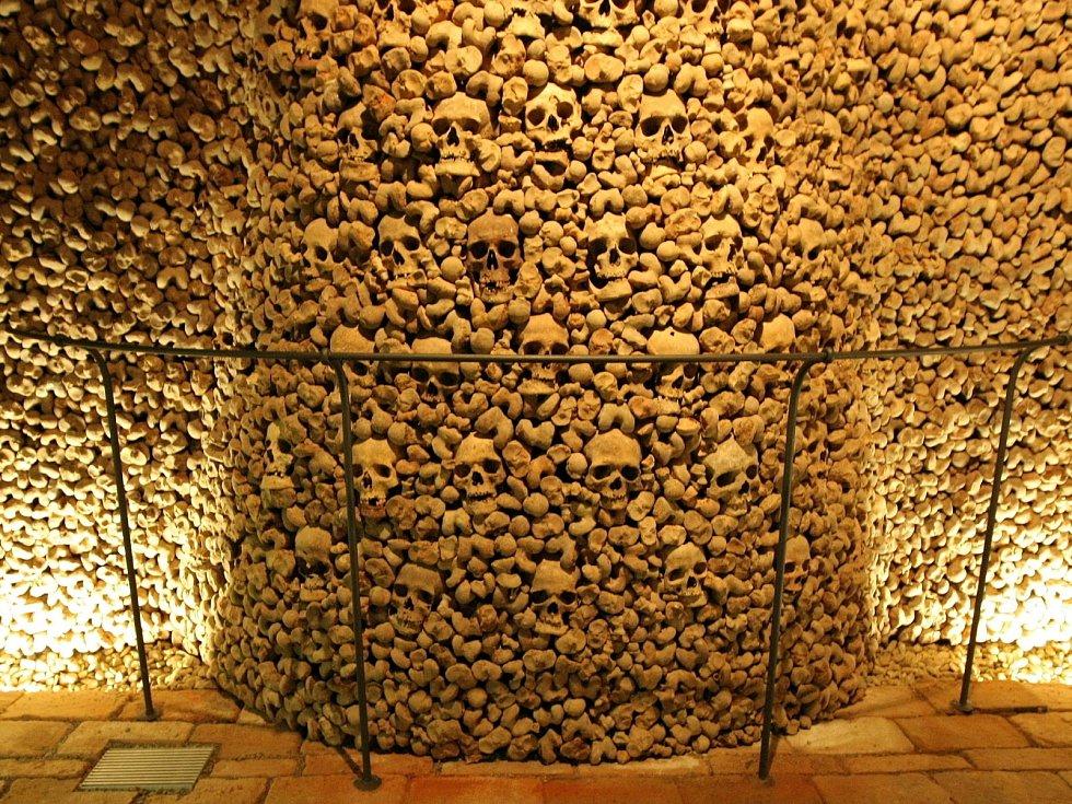 Kostnice pod kostelem svatého Jakuba je po pařížských katakombách druhou největší v Evropě.