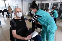 Dobrovolníků je potřeba v očkovacích centrech na jihu Moravy stále větší množství.