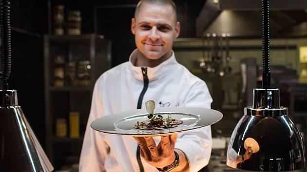 Šéfkuchař restaurace Valoria Martin Drechsler připravil pro hosty třeba carpaccio ze zauzeného srnčího hřbetu, s houbovým tartarem a brusinkovou espumou.