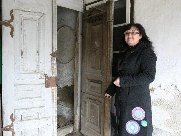 Historička Věra Colledani s pomocí dalších nadšenců založila muzeum tradic a folkloru v Krumvíři na Břeclavsku. S pomocí obce pro něj získala historický dům, obyvatelé zase přispěli dobovými předměty, jako jsou třeba staré boty.