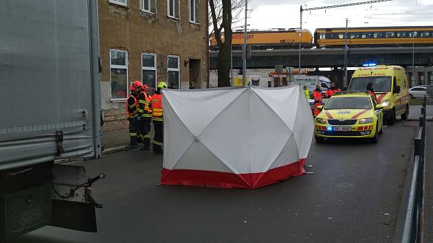 Chodkyni srazilo v úterý ráno v brněnské Životského ulici nákladní auto, na místě zemřela.
