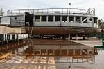 Na Pardubicku opravují loď Dallas, kterou postavili zaměstnanci brněnského dopravního podniku. Vrátí ji jméno Moskva.