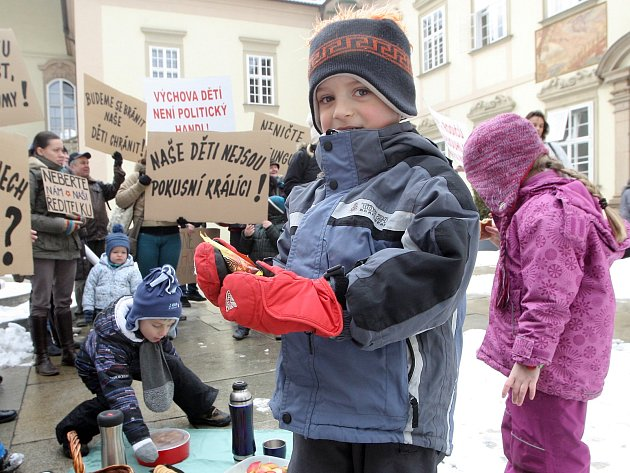 Tuřanští demonstrovali proti nově zvolené ředitelce na nádvoří brněnského magistrátu.