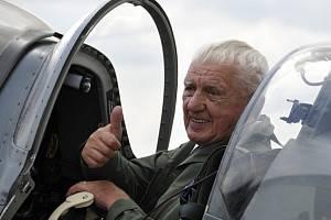 Generál Emil Boček ve svém milovaném letounu Supermarine Spitfire.