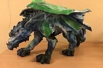 V bytě dealera našli policisté i sochu draka.