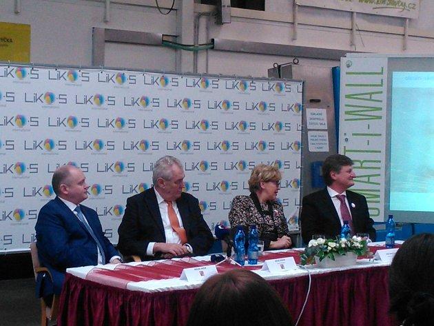Prezident Zeman se vúterý po obědě setkal se zaměstnanci slavkovského LIKO-Su.