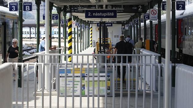 Po třech měsících oprav se pro cestující znovu otevřou všechna nástupiště brněnského hlavního nádraží. Znovu se vrátí také původní znělka před hlášeními.