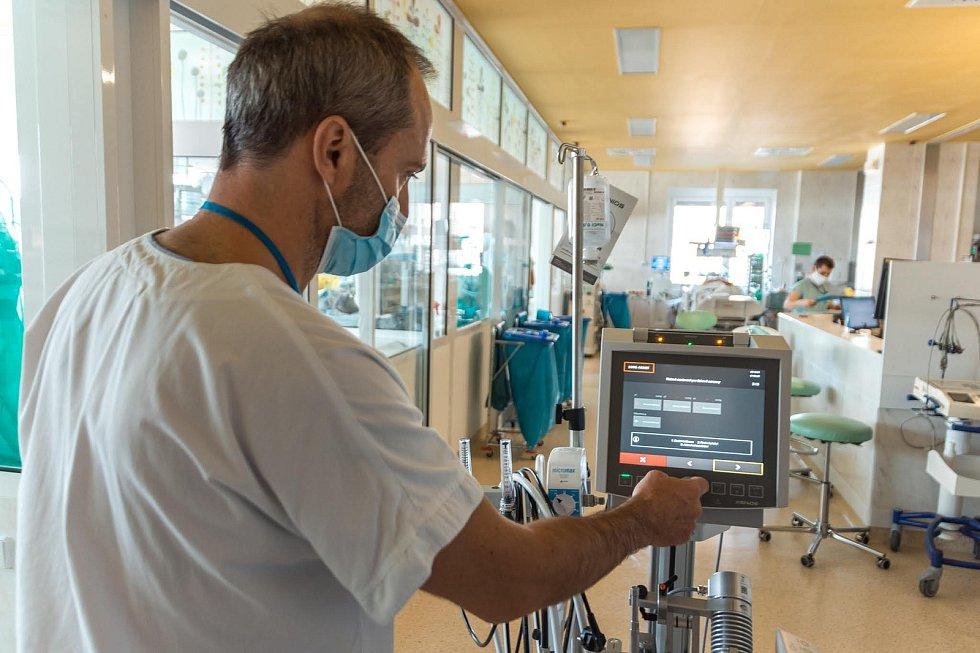 Přístroj pro mimotělní krevní oběh, který umí u pacientů v těch nejzávažnějších stavech nahradit funkci plic a srdce.