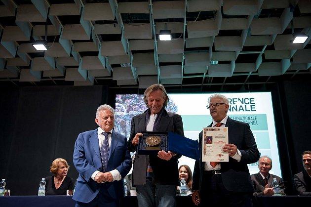 Sochař Jiří Netík (uprostřed) získal vroce 2017bronzovou medaili na prestižním Bienále ve Florencii.