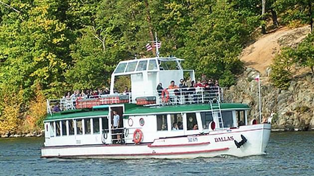 Výletní loď křižuje brněnskou přehradou.