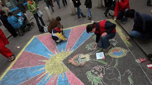 Malování tibetské vlajky na České ulici v Brně