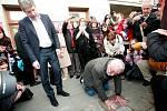 Před Městským divadlem v brněnské ulici Lidická obtisklo ruce do betonu několik herců, mezi kterými byl Boleslav Polívka, Světlana Janotová, Ivana Vaňková nebo Jiří Dušek.