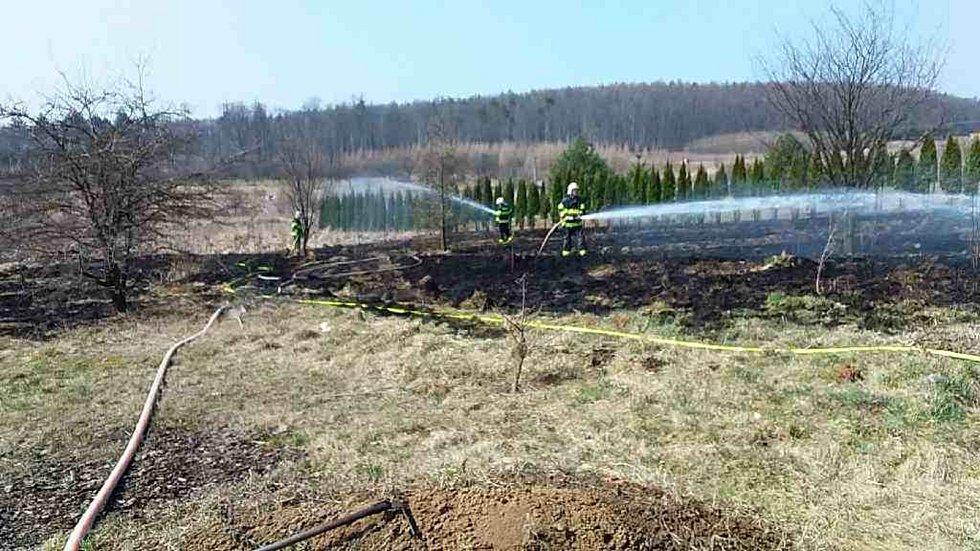 K požárům porostů vyjížděli hasiči ve zvýšené míře.