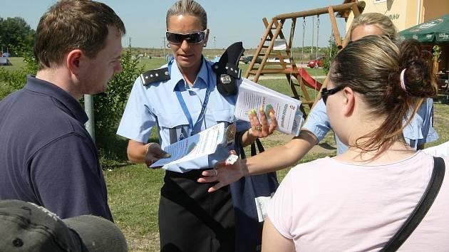 Policisté radili lidem v autokempu Merkur v Pasohlávkách, jak se nenechat okrást.
