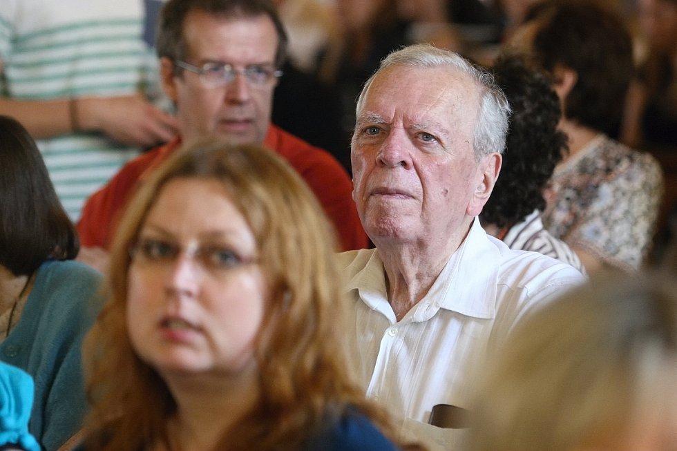 Dvě rodiny a mnoho příběhů, tak vypadal pondělní večer, když s lidmi diskutovali zástupci rodiny Löw-Beerů a Tugendhatů.