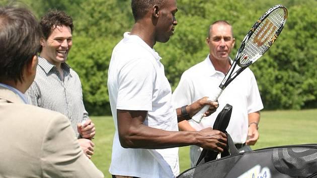Fenomenální sprinter Usain Bolt odstartoval golfový turnaj celebrit ve Slavkově u Brna. V pozadí Jaromír Jágr (druhý zleva) a Ivan Lendl (zcela vpravo).