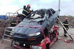 Hasiči cvičili vyprošťování u nehod v areálu firmy Metalšrot Tlumačov v Brně a ve školícím středisku krajských hasičů v Tišnově.