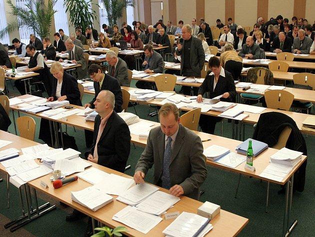 Zastupitelé zvládají členství i v šesti poradních komisích rady. Jedno za čtyři tisíce