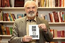 Po strništi bos. Tak se jmenuje poslední kniha povídek Zdeňka Svěráka, kterou autor zájemcům podepsal a blíže představil v Knihcentru Caffé v nákupním centru Olympia.