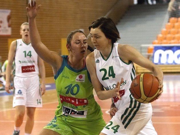 Basketbalistka Tereza Pecková (u míče).
