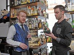 Redaktor Deníku Rovnost Jaroslav Kára (vpravo) si vyzkoušel práci barmana v brněnském Baru, který neexistuje.