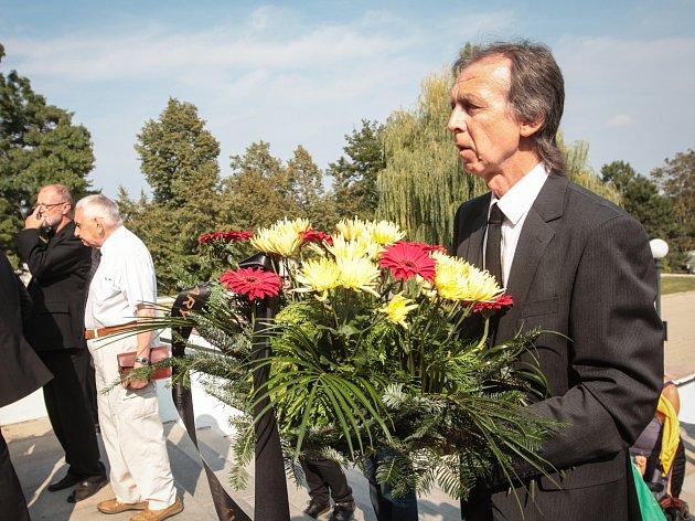 Přibližně stovka smutečních hostů se v pátek odpoledne v Brně naposledy rozloučila s významným českým sociologem Ivem Možným. Akademik, který působil na půdě Masarykovy univerzity v Brně, podlehl krátké nemoci desátého září ve věku čtyřiaosmdesáti let.