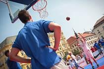 Ještě před zápasem se hráči přišli pozdravit s fanoušky na Náměstí Svobody, kde vznikla improvizovaná palubovka.