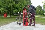 Nový servisní stojan pro cyklisty u stezky podél řeky Svratky na křížení s Renneskou třídou v Brně.