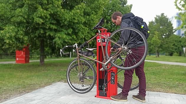 Novinka pro cyklisty v Brně: na stezce využijí červený servisní stojan