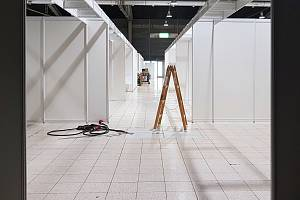 Stavba záložní nemocnice v pavilonu G2 brněnského výstaviště