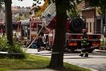 Požár střechy bytového domu na Rostislavově náměstí.